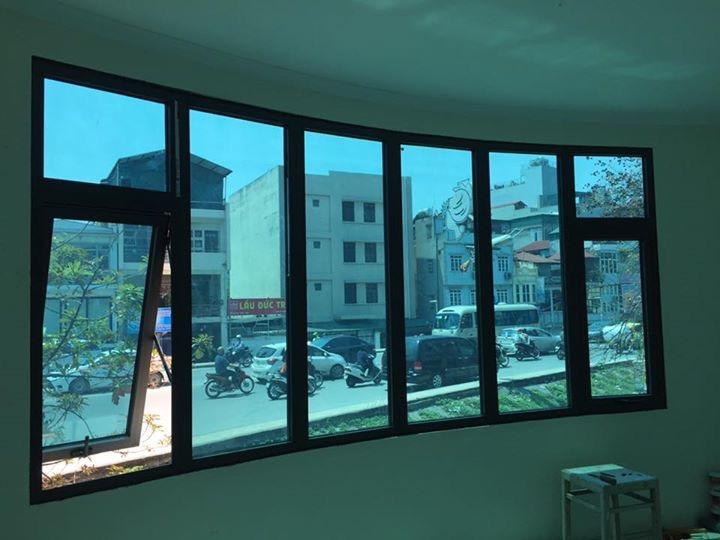 Cửa sổ mở hất kết hợp các vách nhôm xingfa