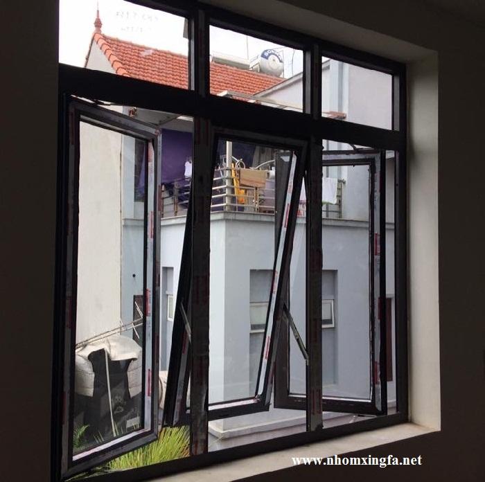 Cửa sổ mở quay 2 cánh kết hợp cửa sổ mở hất nhôm xingfa
